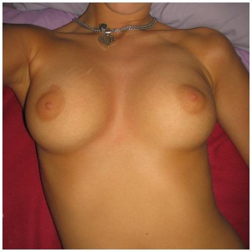 Fille mince très sexy montre sa poitrine nue